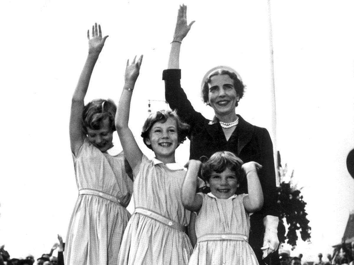 1952: Dronning Ingrid og prinsesserne Margrethe, Benedikte og Anne Marie byder kong Frederik den 9. velkommen hjem fra Grønland. Foto: Allan Moe / SCANPIX