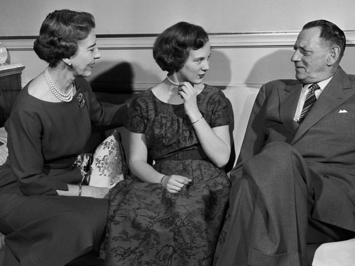 1958: Tronfølger Prinsesse Magrethe snakker med sine forældre, Dronning Ingrid og Kong Frederik den 9, i salonen i Residentspalæets stueetage. Billedet er taget i forbindelse med en billedserie, da Margrethe snart blev myndig og officielt Tronfølger. Foto: Allan Moe / SCANPIX