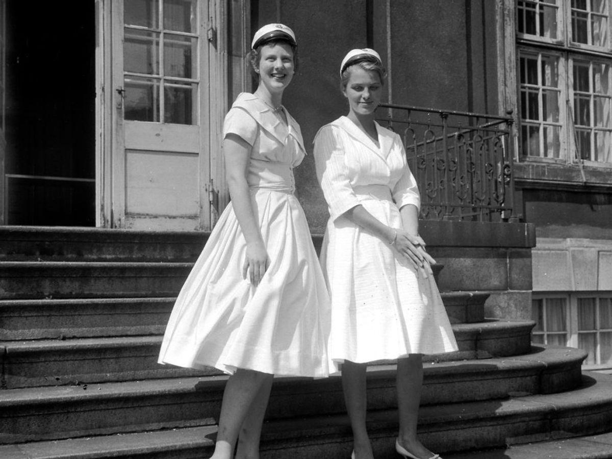 1959: Tronfølgeren Margrethe er blevet student, og ses her sammen med veninden Birgitta Juel. Foto: Tage Nielsen / SCANPIX