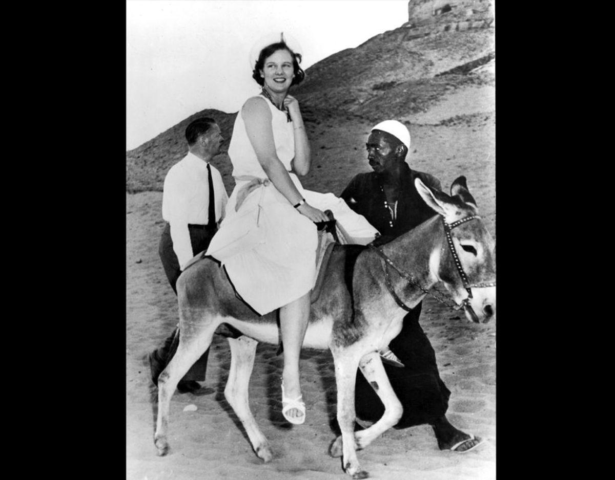 1962: Tronfølger Prinsesse Margrethe er i Egypten. Her er hun ude at ride på et æsel. Foto: Allan Moe / SCANPIX
