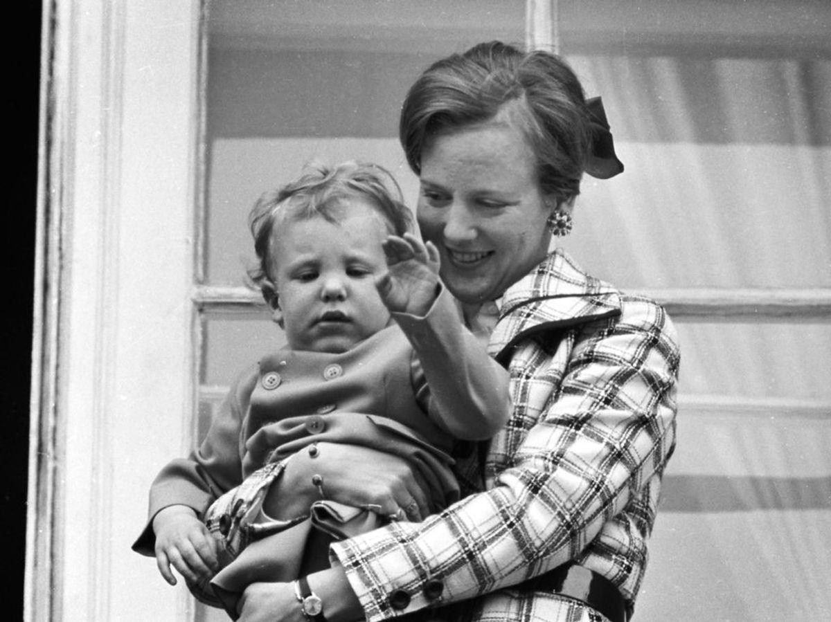 1971: Tronfølger Prinsesse Margrethe fylder 31 år, så kongefamilien er samlet på balkonen på Amalienborg for at vinke til de mange, der er mødt op for at lykønske Tronfølgeren. Her ses Margrethe med Prins Joachim i armene. Foto: Vagn Hansen / SCANPIX