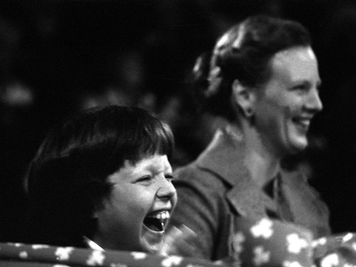 1979: Kronprins Frederik morer sig kongeligt i Cirkus Benneweis sammen med sin mor, Dronning Margrethe. Foto: Egon Engmann / SCANPIX