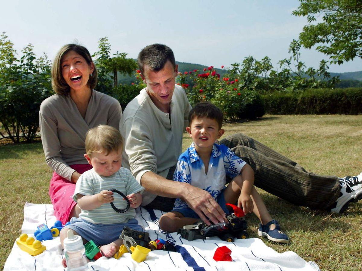 2003: Grevinde Alexandra, prins Joachim, prins Nikolai og prins Felix på bedsteforældrenes slot i Caix i Sydfrankrig. Foto: Jørgen Jessen / SCANPIX
