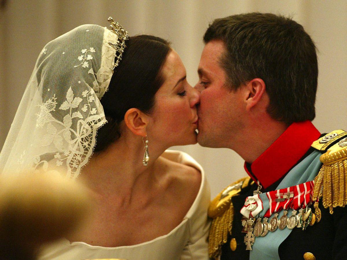 2004: Kronprins Frederik kysser sin brud, Kronprinsesse Mary, under bryllupsmiddagen på Fredensborg Slot. Foto: Jørgen Jessen / SCANPIX