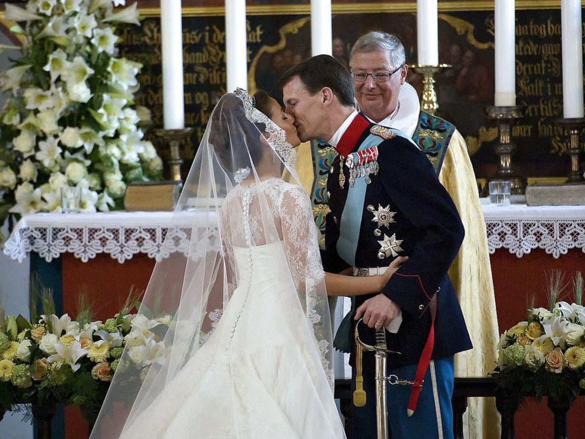 2008: Bryllup i Møgeltønder d. 24. maj. Prins Joachim og prinsesse Marie i kirken. I baggrunden ses biskop Erik Normann Svendsen. Foto: Keld Navntoft / SCANPIX