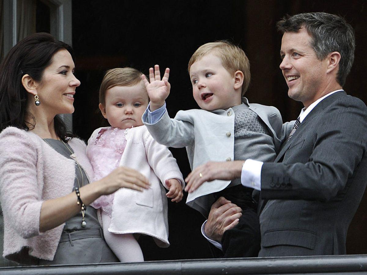 2008: Kronprins Frederik på balkonen på Amalienborg på sin 40 års fødselsdag sammen med sin familie Mary, lille prins Christian og prinsesse Isabella. Foto: Keld Navntoft / SCANPIX