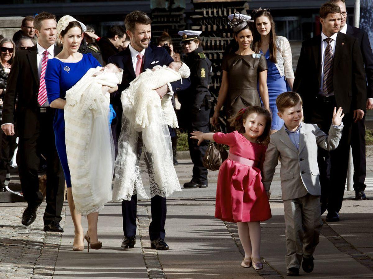 2011: Kongelig dåb af tvillingerne Josephine og Vincent. På billedet ses kronprinsparret Mary og Frederik med tvillingerne mens prins Christian og prinsesse Isabella ser på. Foto: Linda Kastrup / SCANPIX