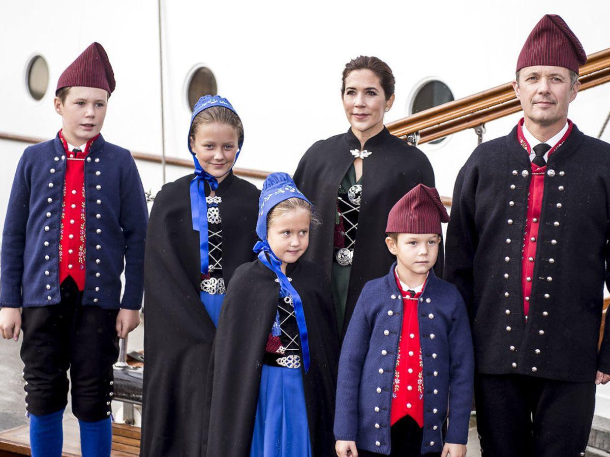 2018: Kronprinsesse Mary, prins Vincent, prins Christian, kronprins Frederik, prinsesse Isabella og prinsesse Josephine ankommer med Dannebrog til Thorshavn i forbindelse med deres officielle besøg på Færøerne. Foto: Mads Claus Rasmussen / SCANPIX