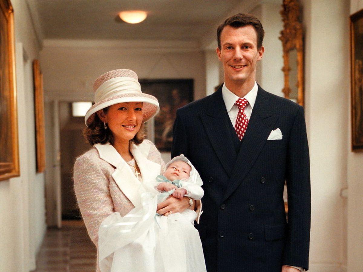 1999: De glade forældre, prins Joachim og daværende prinsesse Alexandra, med nydøbte Nikolai William Alexander Frederik i Fredensborg Slots kapel.