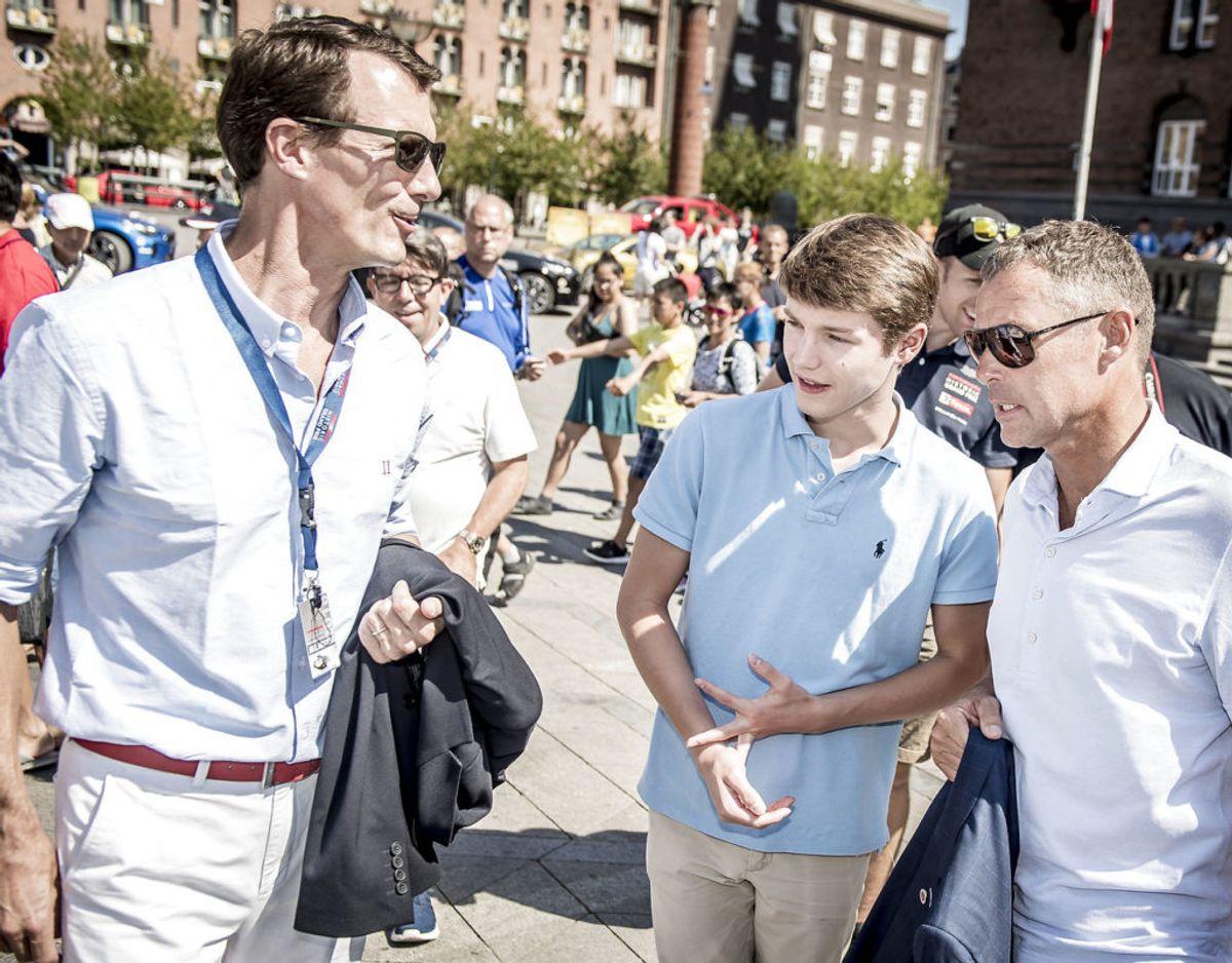 Prins Felix – her i selskab med sin far og racerlegenden Tom Kristensen – må undvære den helt store fest. Foto: Scanpix