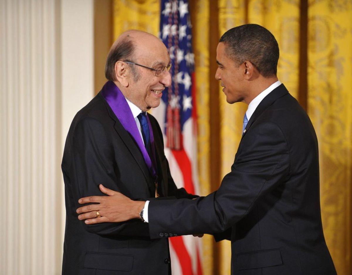 Milton Glaser modtog i 2009 National Medal of Arts. Foto: Mandel NGAN / AFP