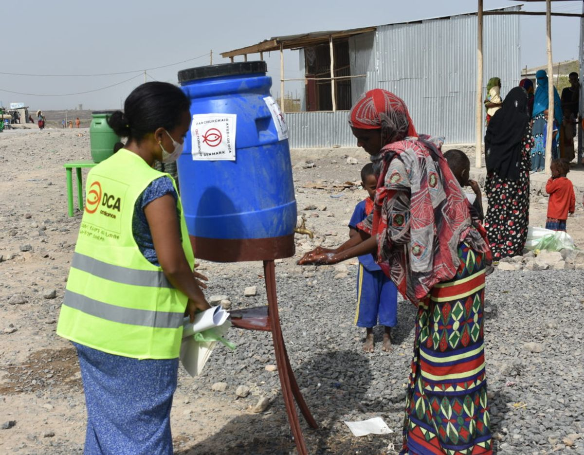 Donationen på 50.000 kroner går til Covid-19-indsatsen i fattige lande. Her er et eksempel på øget hygiejne på et madmarked i Etiopien, hvor Folkekirkens Nødhjælp har opsat vandbeholdere. Foto: Folkekirkens Nødhjælp