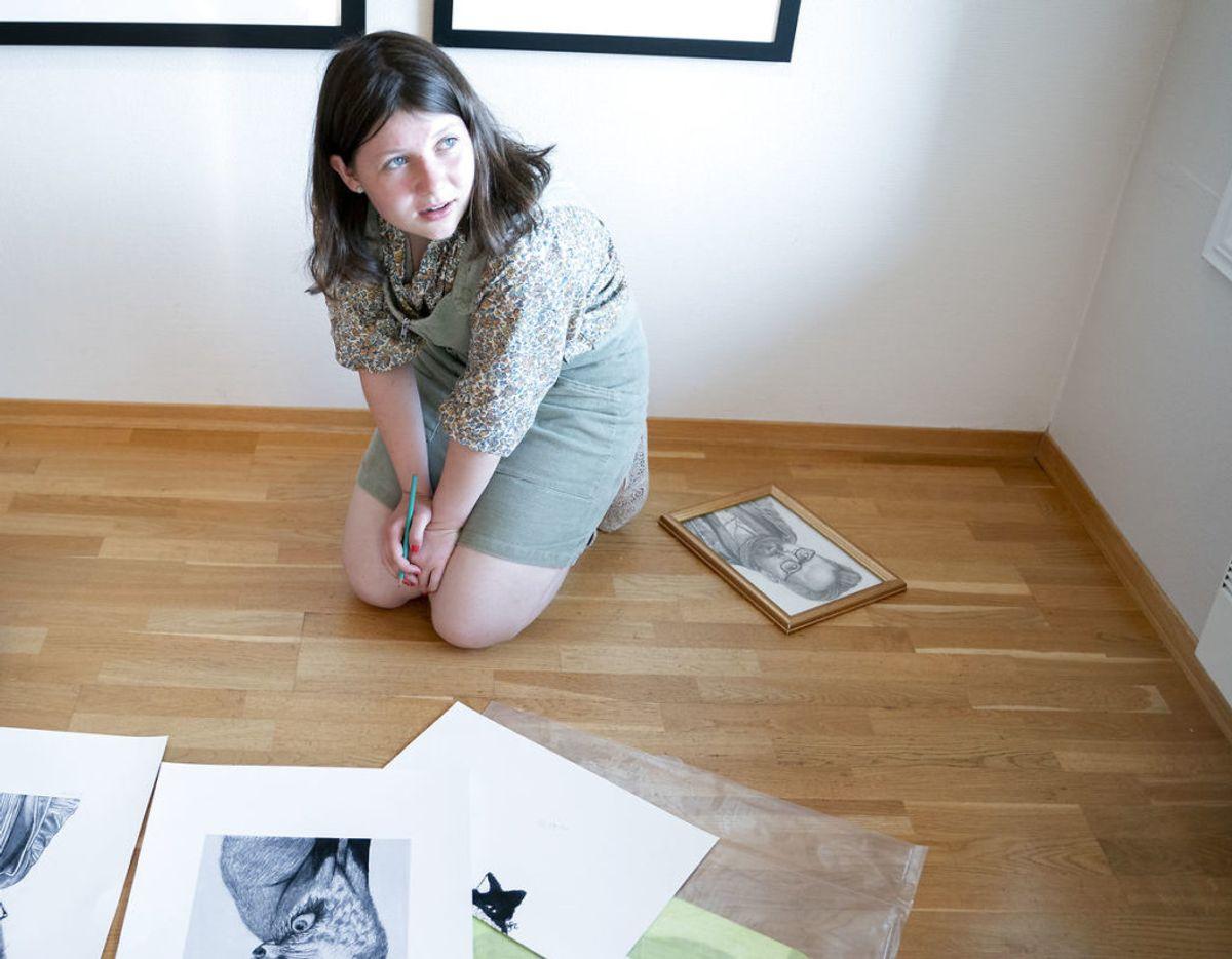 Maud Angelica Behn, der her signerer en tegningen, hun har lavet af sin far, taler meget åbent om tiden efter faderens død. Klik videre for flere billeder. Foto: Fredrik Hagen / NTB scanpix
