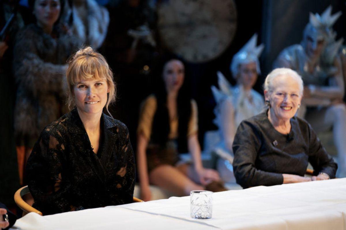 """Oh Land (Nanna Øland Fabricius) og dronning Margrethe har arbejdet sammen om to balletforestillinger i Tivoli. De sidder her sammen i forbindelse med """"Snedronningen"""" i november 2019. (Arkivfoto) Foto: Claus Bech/Scanpix"""