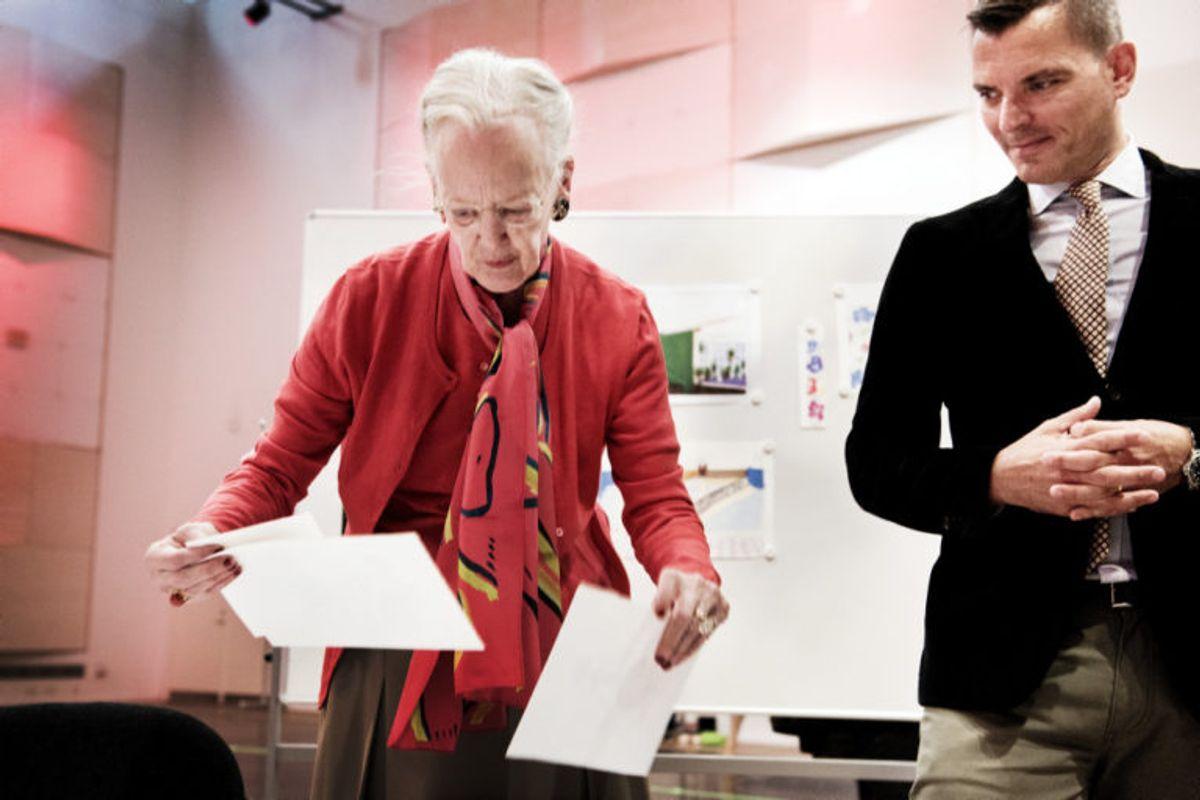 """Dronning Margrethe satte det gamle eventyr """"Askepot"""" op på Pantomimeteatret i Tivoli i 2016 i samarbejde med sangerinden Oh Land og koreografen Yuri Possokhov under ledelse af balletchef Peter Bo Bendixen (til højre). I den forbindelse fik pressen mulighed for at se dronningens skitser af kostumerne til forestillingen. (Arkivfoto) Foto: Linda Kastrup/Scanpix"""