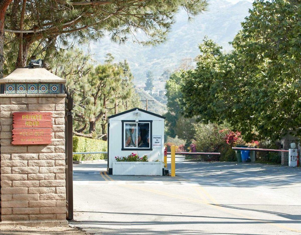 Denne bevogtede port fører ind til det boligområde, hvor Harry og Meghan har slået sig ned. Klik videre for flere billeder. Foto. Scanpix/JEAN-BAPTISTE LACROIX / AFP)
