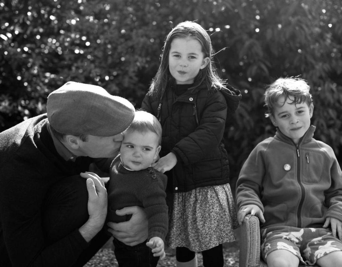Hertuginde Kate har ganske ofte vist sine evner indenfor fotokunsten. Her er et billede hun har taget af sin mand og sine børn. Foto: Scanpix/The Duchess of Cambridge/Handout via REUTERS