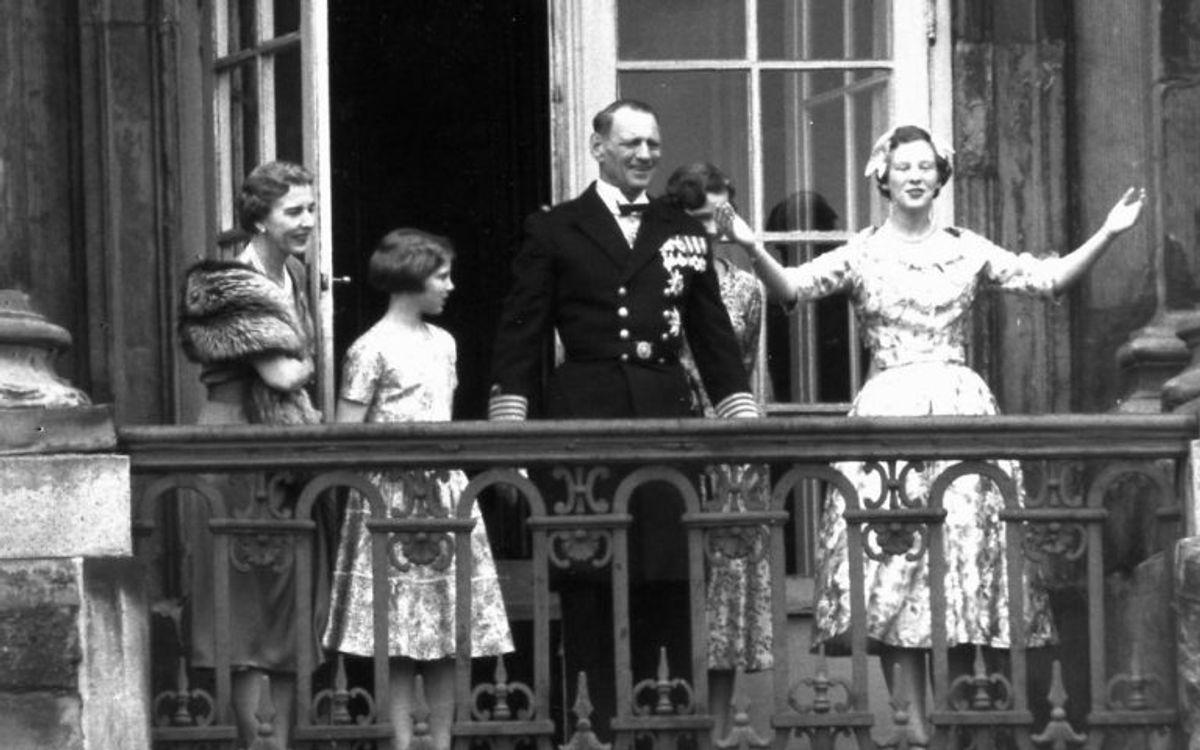 Tronfølger Margrethe hyldes på sin 18 års fødselsdag på balkonen på Amalienborg Slot. Her sammen med dronning Ingrid, prinsesse Anne-Marie, prinsesse Benedikte (bagved) og kong Frederik IX. Arkivfoto: Scanpix.