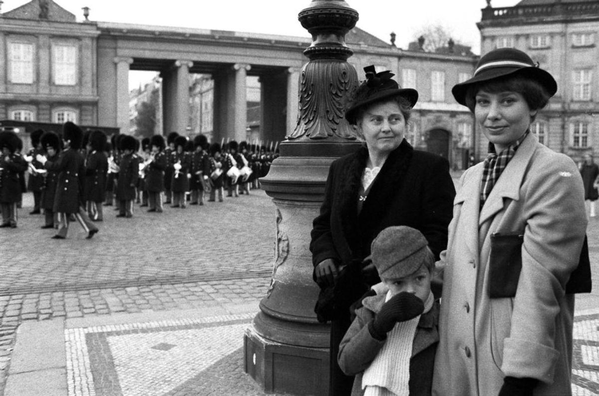 """Elin Reimer som Laura, Kirsten Olesen som Agnes og Agnes""""Matador-søn. KLIK og se billede af huset. Foto: Steen Jacobsen."""