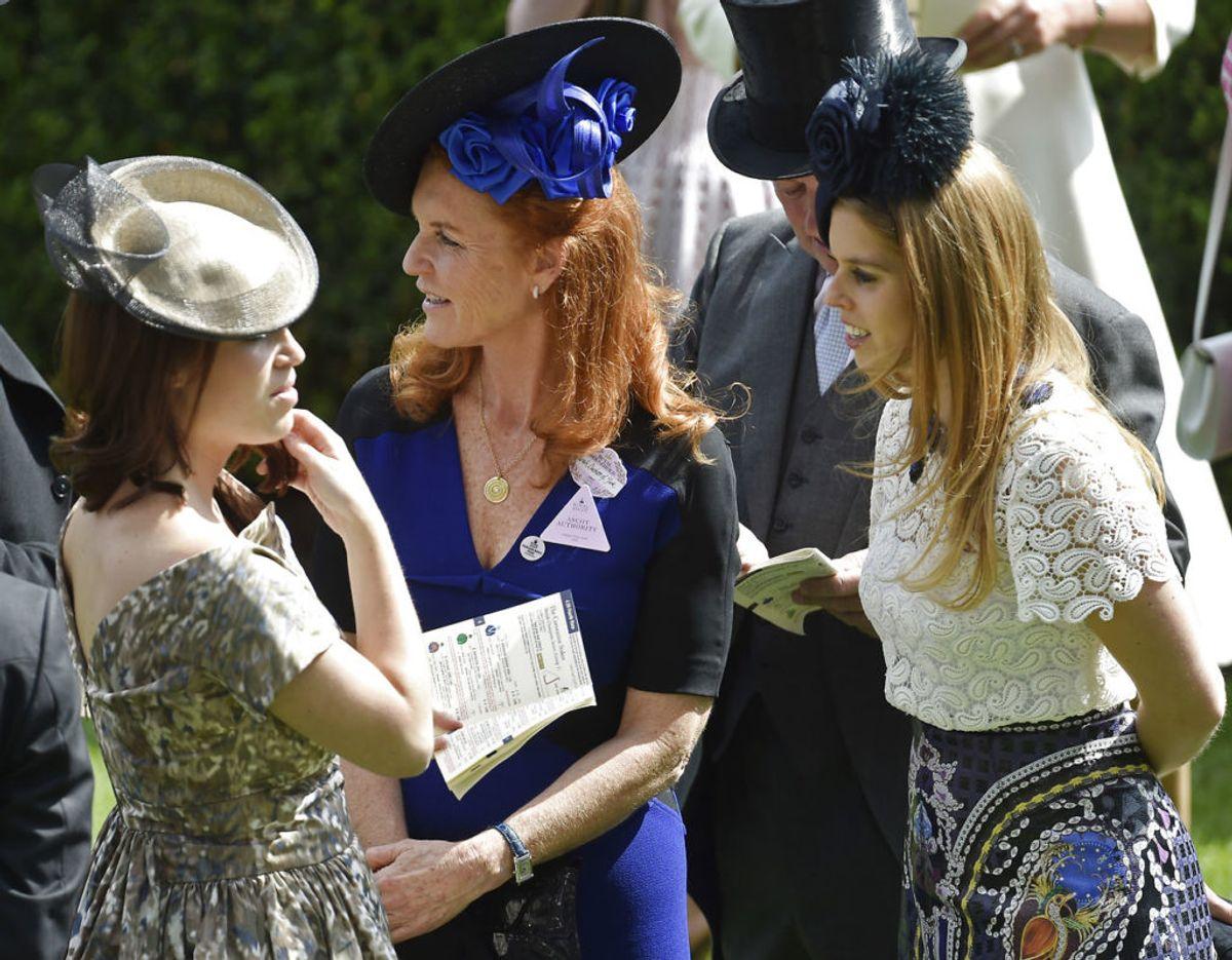 Sarah Ferguson med sine døtre, prinsesse Eugenie (tv) og prinsesse Beatrice. Foto: Scanpix/Reuters / Toby Melville Livepic