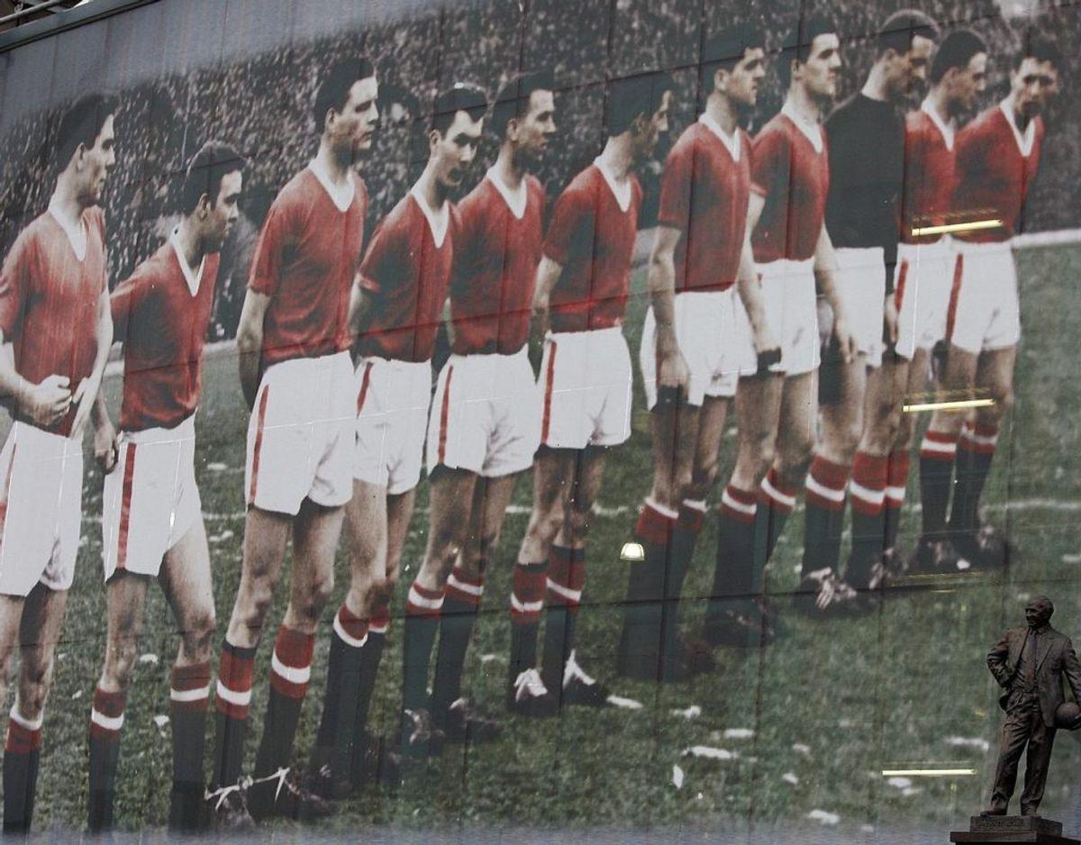 """6. februar 1958: Et fly med medlemmer af Manchester Uniteds engelske mesterhold, de såkaldte """"Busby Babes"""", forulykker i Tyskland, da holdet er på vej retur fra en Europa Cup-kamp i Beograd. Otte spillere og tre medlemmer af trænerstaben dør som følge af ulykken. I alt omkommer 23 af de 44 ombordværende. Foto: Scanpix"""