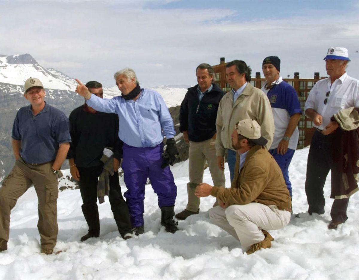"""13. oktober 1972: Det uruguayanske rugbyhold Old Christian mister 12 spillere, da holdets fly på en tur fra Santiago i Chile forulykker og lander i en fjern del af Andesbjergene. 16 overlevende bliver fundet over to måneder efter ulykken. Deres historie er der efterfølgende blevet lavet bøger, film og dokumentarer om. Blandt andre """"Vi lever"""". Her er de overlevende i 2002. Foto: Scanpix"""