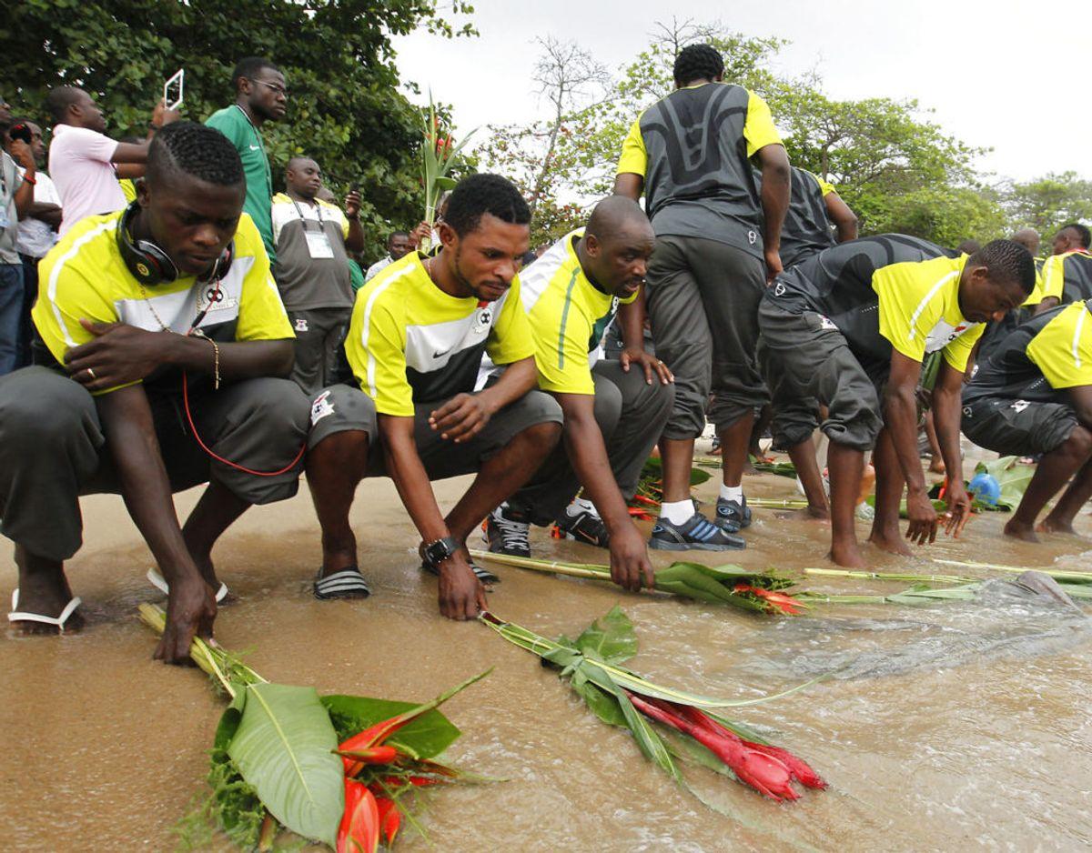 29. april 1993: Zambias fodboldlandshold styrter i havet tæt på Gabons hovedstad, Libreville, på vej til det afrikanske fodboldmesterskab i Senegal. 18 zambiske spillere og fem ledere er med på flyet. Ingen overlever. Foto: Scanpix