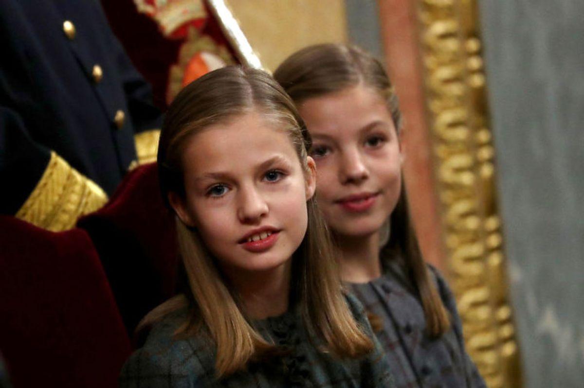 Kronprinsesse Leonor af Spanien (tv.) er i dag 13 år gammel. Hun skal arve tronen fra sin far, kong Felipe. (Foto: Scanpix)