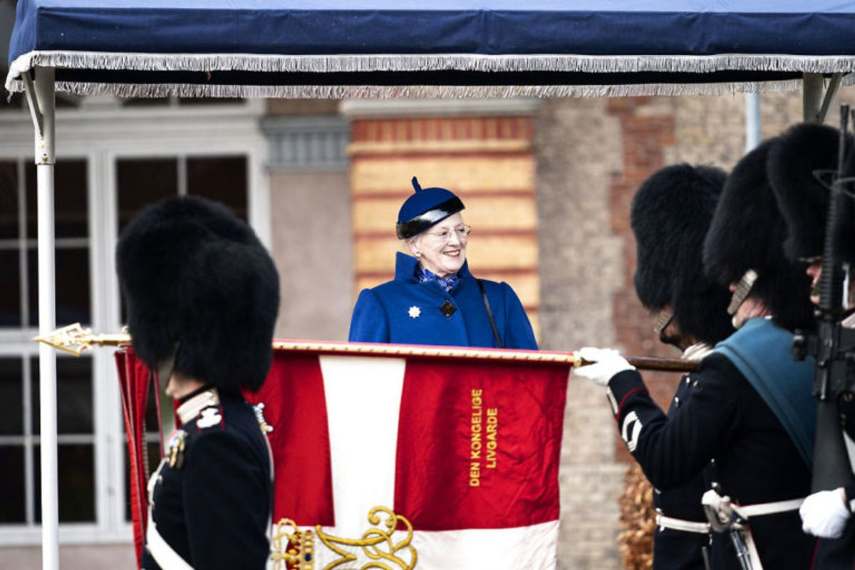 """Hendes Majestæt Dronningen deltager og uddeler """"Dronningens Ur"""" til en garder under Dronningeparade på Livgardens Kaserne i København, onsdag den 13. november 2019.. (Foto: Ida Guldbæk Arentsen/Ritzau Scanpix)"""