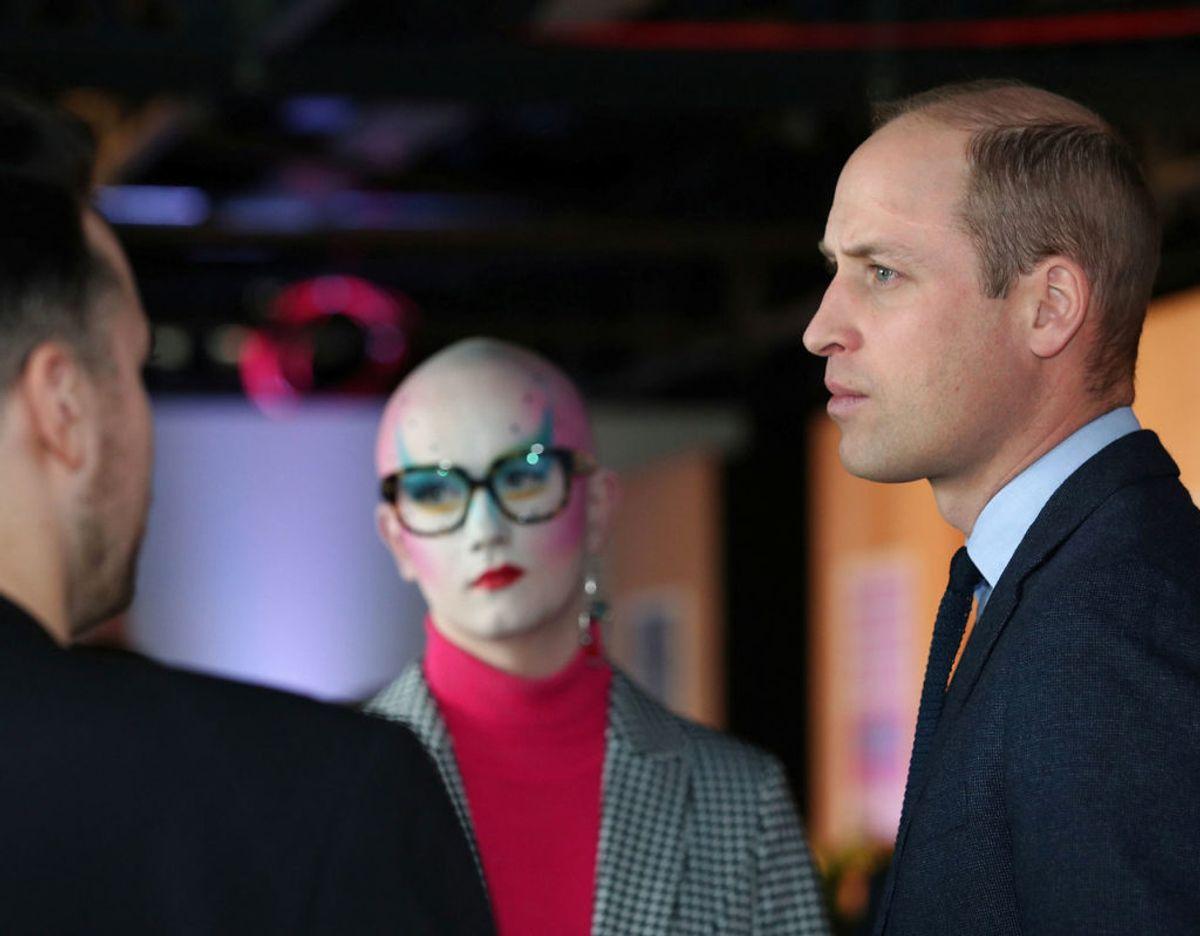 Prins William får sig en snak med et par af de frivillige. Foto: Scanpix/Yui Mok/Pool via REUTERS