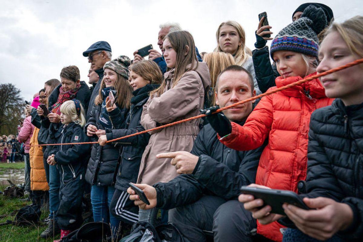 Mange af tilskuerne havde været på plads i over tre timer for at få en god plads ved Magasindammen til Hubertusjagten 2019 i Dyrehaven ved Klampenborg, søndag den 3. november 2019.. (Foto: Niels Christian Vilmann/Ritzau Scanpix)
