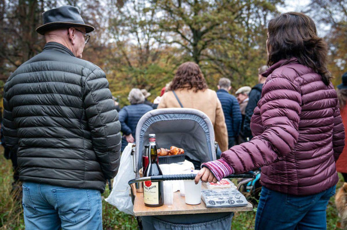 """Et improviseret picnicbord er dækket op med både kaffe, croissanter og Gammel Dansk ved Hubertusjagten 2019 i Dyrehaven ved Klampenborg, søndag den 3. november 2019. Hubertusjagten er en symbolsk videreførelse af de gamle parforce-jagter, som Dyrehaven oprindeligt er anlagt til. Her lod man hunde støve ræven op, og feltet fulgte hunde og ræv. I dag er der ingen jagthunde, og ræven er erstattet af to """"forlorne"""" ræve i form af to erfarne ryttere, som rider forrest med rævehaler på deres røde ridejakker. Jagten er ca. 11 km lang og tager 1½ time.. (Foto: Niels Christian Vilmann/Ritzau Scanpix)"""