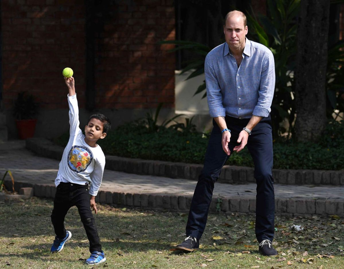 Prinsen spiller cricket med børnene. Klik videre for flere billeder. Foto: Scanpix/Neil Hall/Pool via REUTERS