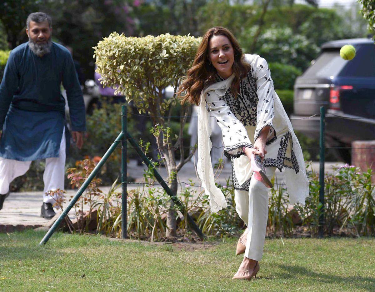 Også hertuginden prøvede til med cricket. Klik videre for flere billeder. Foto: Scanpix/Neil Hall/Pool via REUTERS