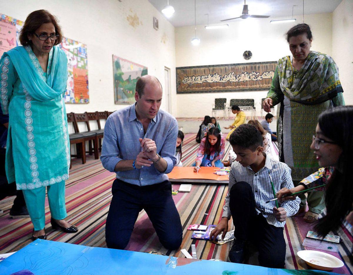 Prins William tegner med børnene. Klik videre for flere billeder. Foto: Scanpix/Neil Hall/Pool via REUTERS