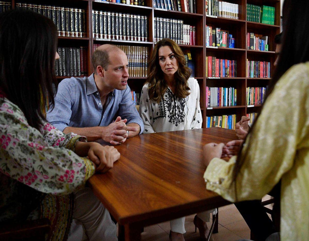 Der var også tid til en snak med landsyens voksne. Klik videre for flere billeder. Foto: Scanpix/Neil Hall/Pool via REUTERS