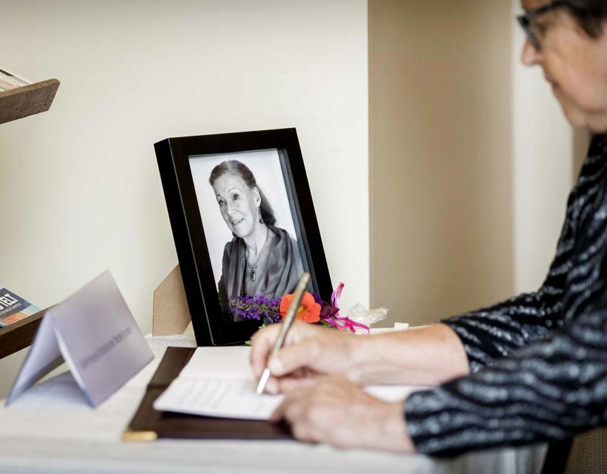 En kvinde skiver en hilsen i den officielle kondolence bog. Klik videre i galleriet for flere billeder. Foto: Scanpix/Koen van Weel / ANP / AFP)