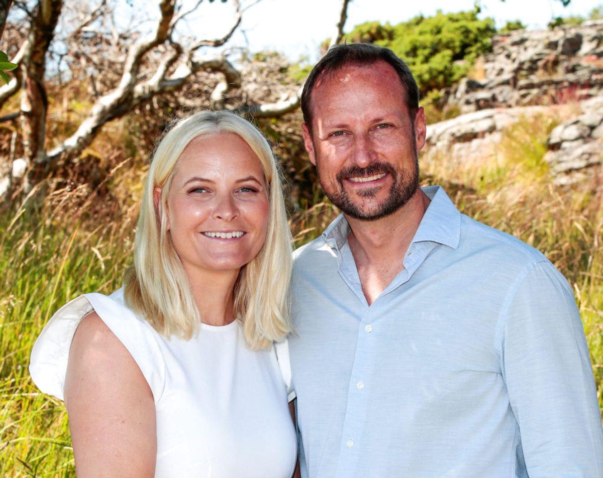 Her ses kronprinsessen med sin mand, kronprins Haakon under familiens sommerferie. Foto: Lise Aserud /Scanpix