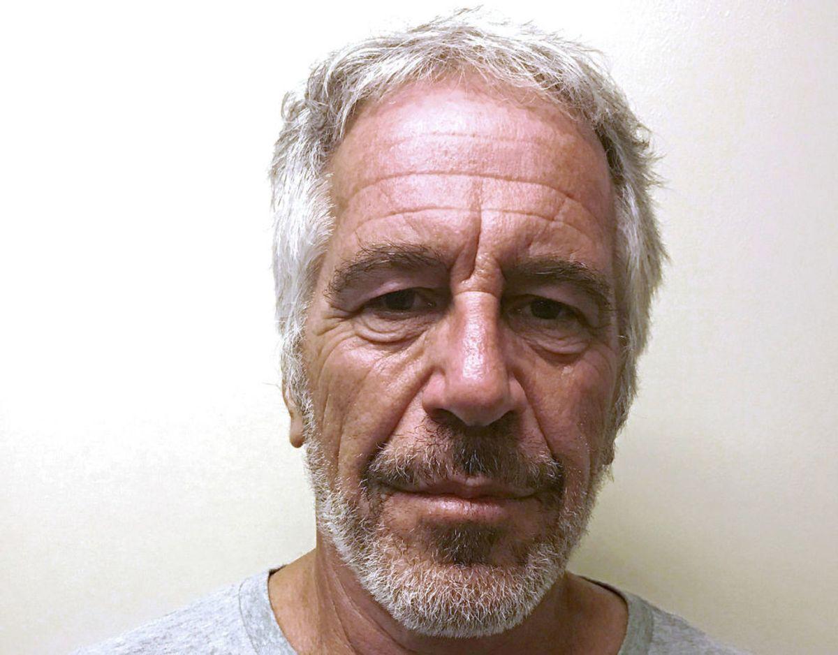 Sex-anklagede Jeffrey Epstein blev lørdag fundet død i sin celle på Manhattan, New York. Han har angiveligt begået selvmord. Klik videre i galleriet for flere billeder. Foto: Scanpix/REUTERS.