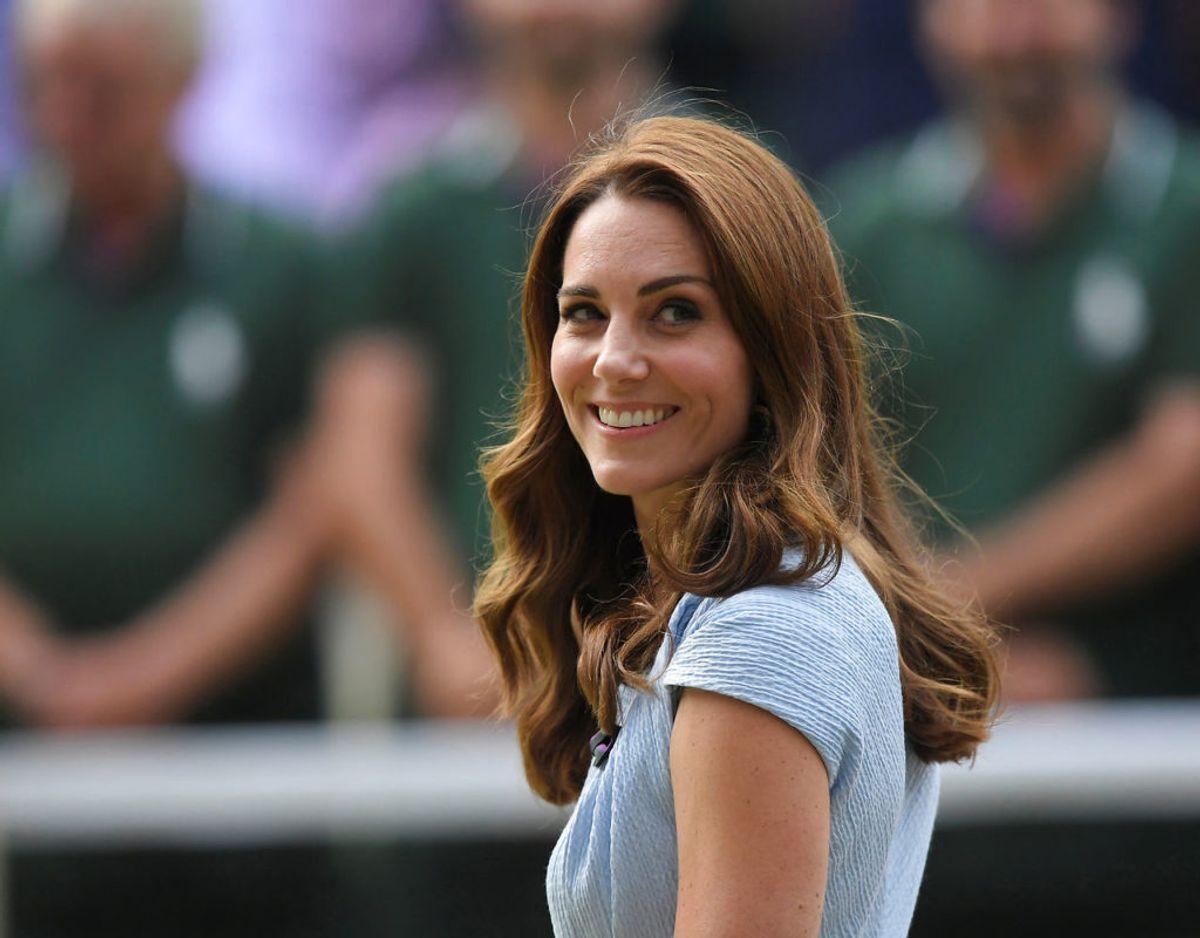 Hertuginde Kate der var på rækkerne ved Wimbledon-finalerne fik overrakt en helt særlig gave fra en meget særlig person. Klik videre for at se flere billeder. Foto: Scanpix