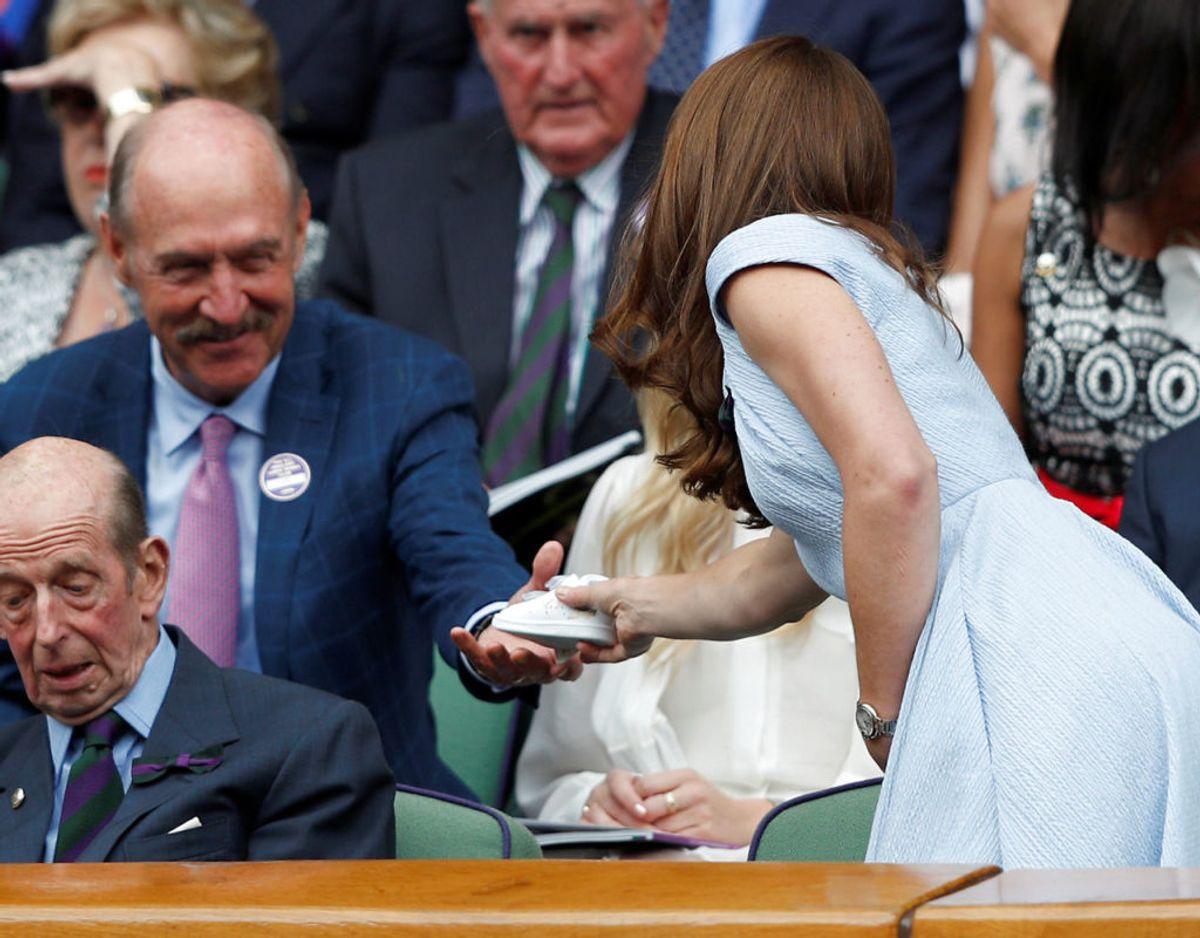 Af tennislegenden Stan Smith fik hertuginden overrakt en børnestørrelse af skoen, som Adidas har opkaldt efter tennisspilleren. Foto: Scanpix