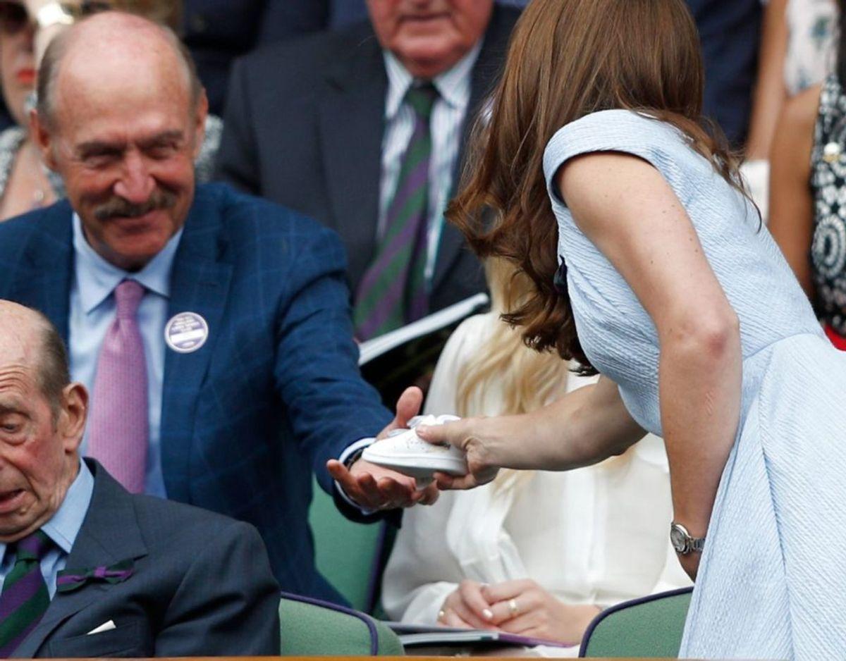Det er modellen Stan Smith som han giver til hertuginden. Der skulle også være hans autograf på skoen. Foto: Scanpix