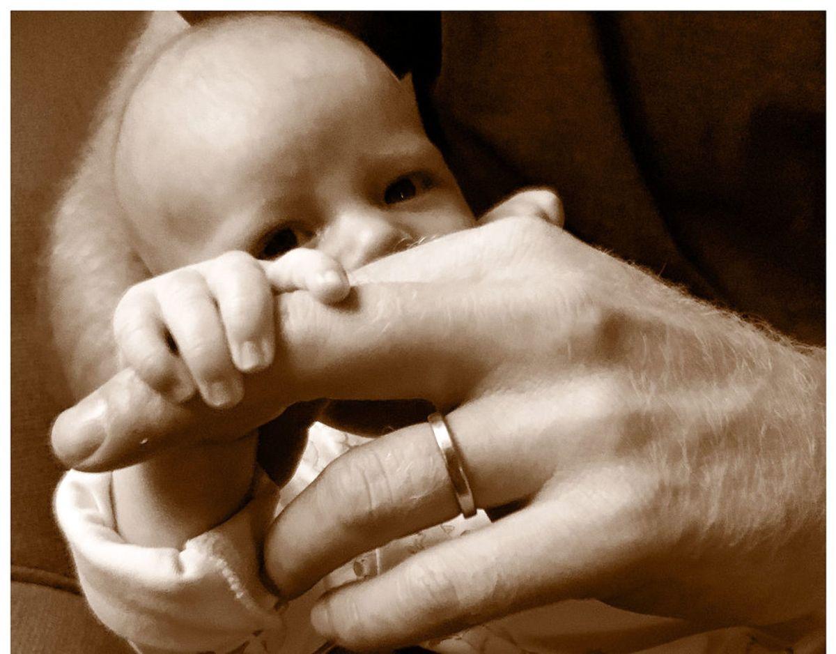 På fars dag lagde det royale par billedet af Archie, der holder sin far i hånden på deres Instagram profil Sussex Royal. Foto: Scanpix