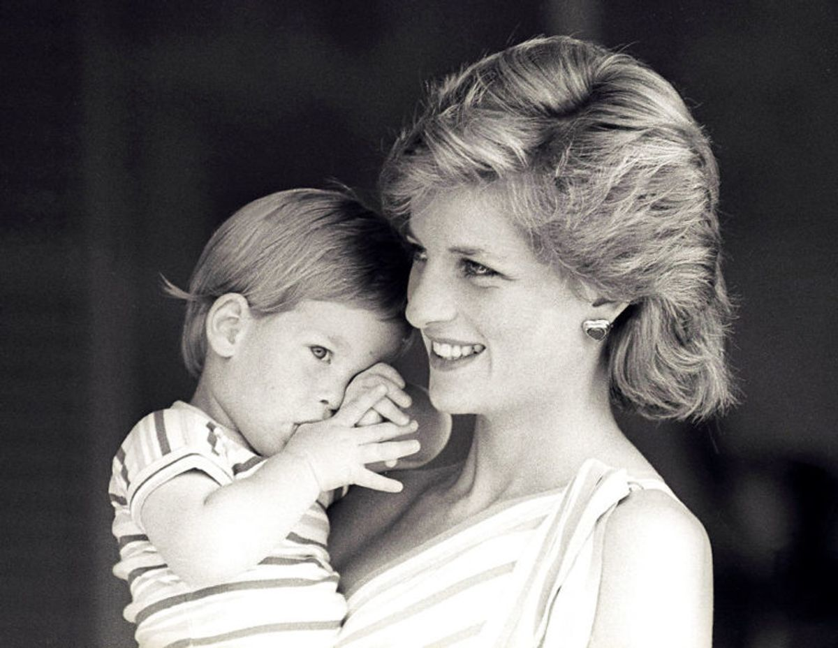 Her viser prinsesse Diana en helt ung prins Harry frem. Foto: Scanpix