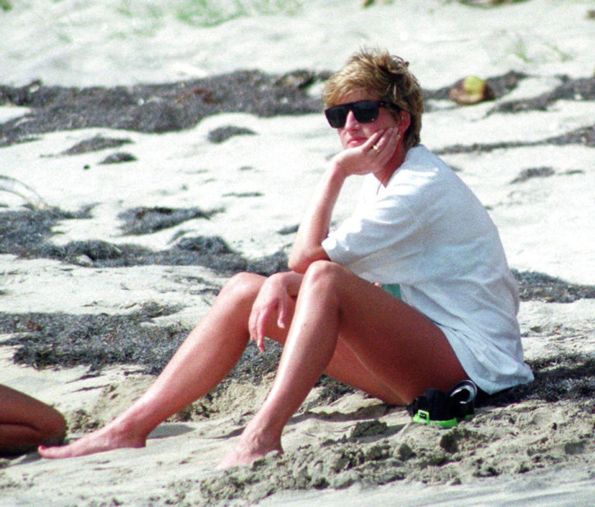 Her ses prinsesse Diana nyde en tur på stranden på den caribiske ø Nevis tilbage i  1993. KLIK VIDERE OG SE HENDES LIV I BILLEDER. Foto: Scanpix