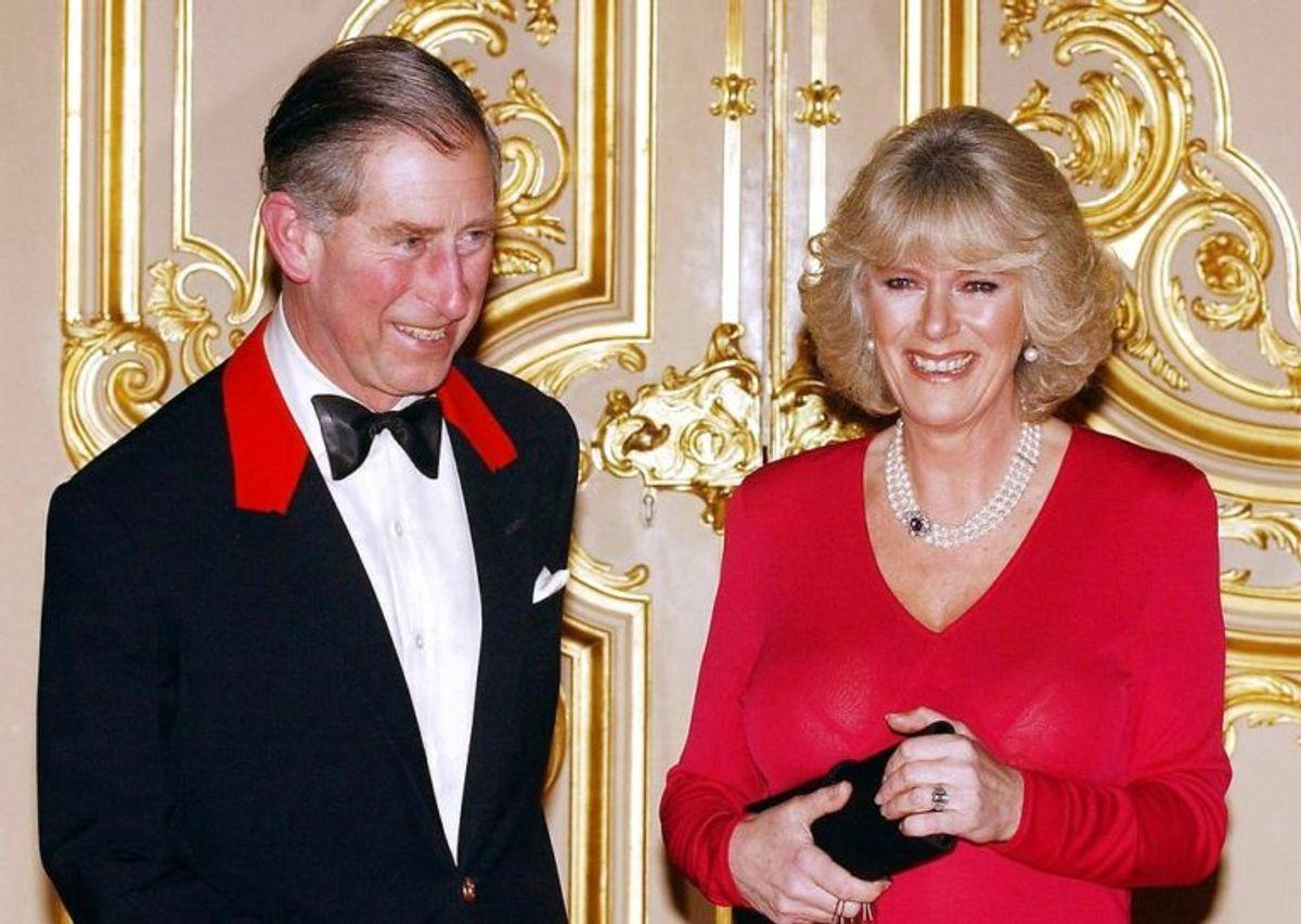 Charles ses her med Camilla Parker Bowles til deres første officielle arrangement efter deres bryllup blev offentliggjort. I britiske medier blev Camilla Parker Bowles bebrejdet for at ødelægge Charles' og Dianas ægteskab. Foto: Scanpix