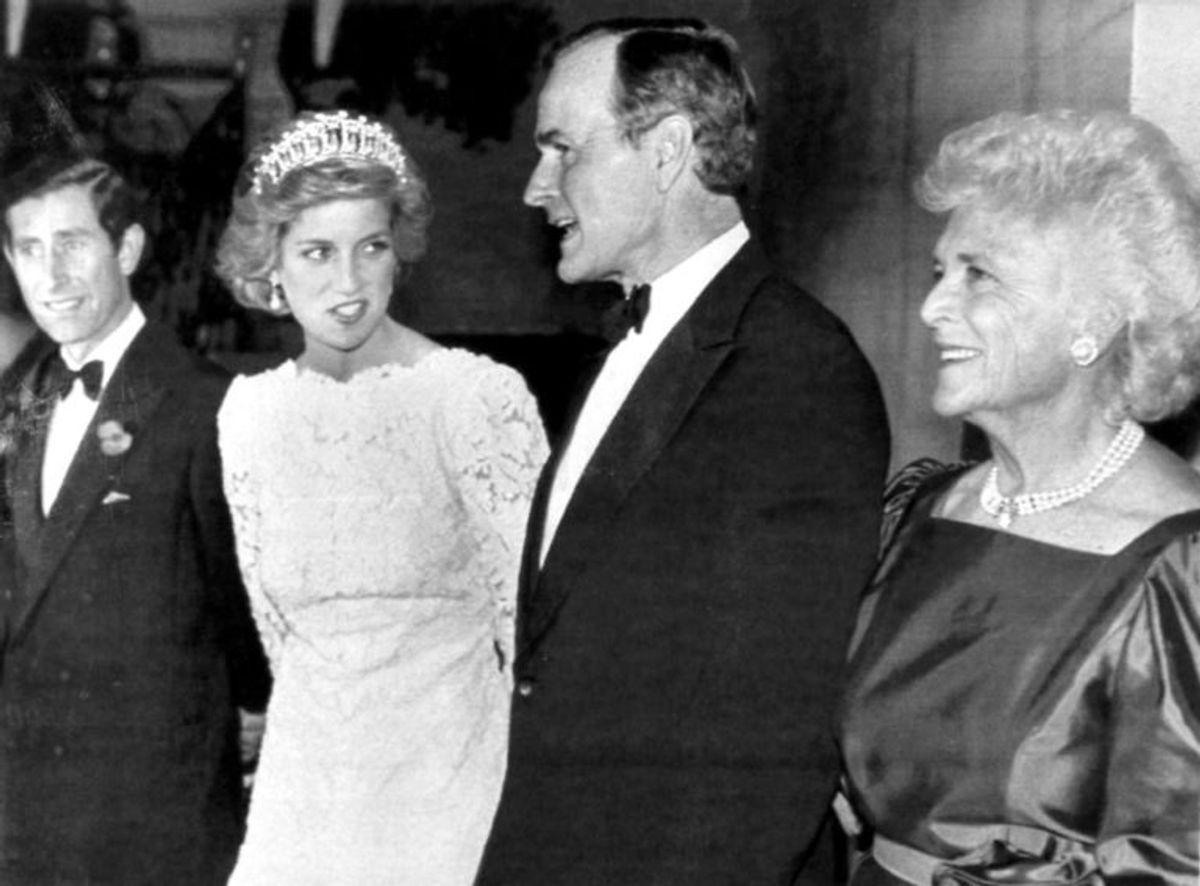 Prins Charles og prinsesse Diana møder daværende vicepræsident George Bush og hustruen Barbara Bush på den britiske ambassade i Washington. Foto: Scanpix