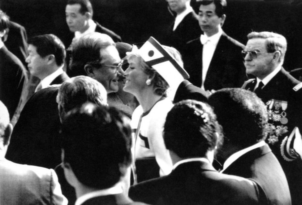 """Prinsesse Diana kysser Prins Henrik, ved den japanske kejser Akihito""""s festligheder på Akasaka paladset i Tokyo. Foto: Scanpix"""