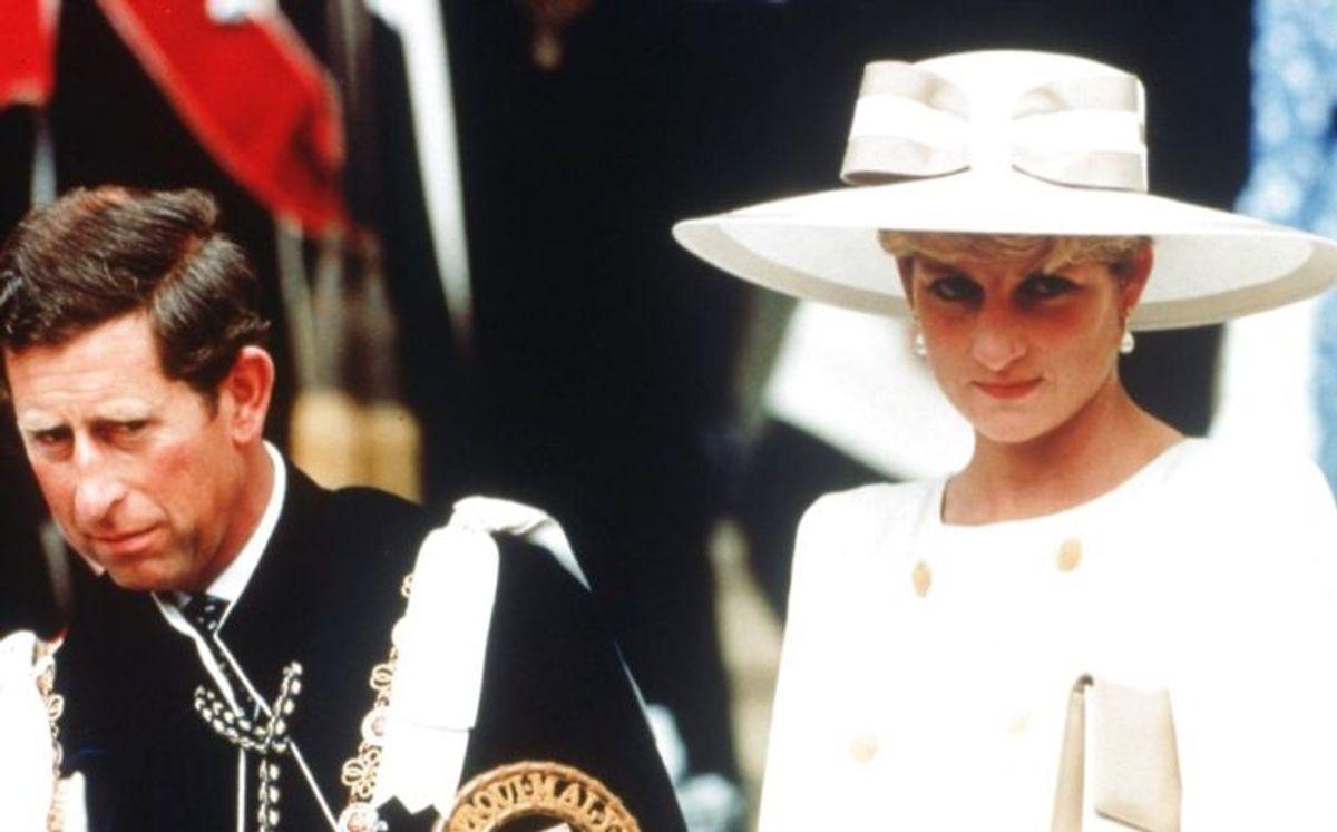 Blot få timer efter, at den britiske prinsesse Diana onsdag aften lod meddele, at hun bøjede sig for kongehusets pres om en skilsmisse fra Prins Charles, lagde selv samme kongehus i en meddelelse afstand til Lady Diana og sagde, at en aftale først skal behandles på plads. Foto: Scanpix