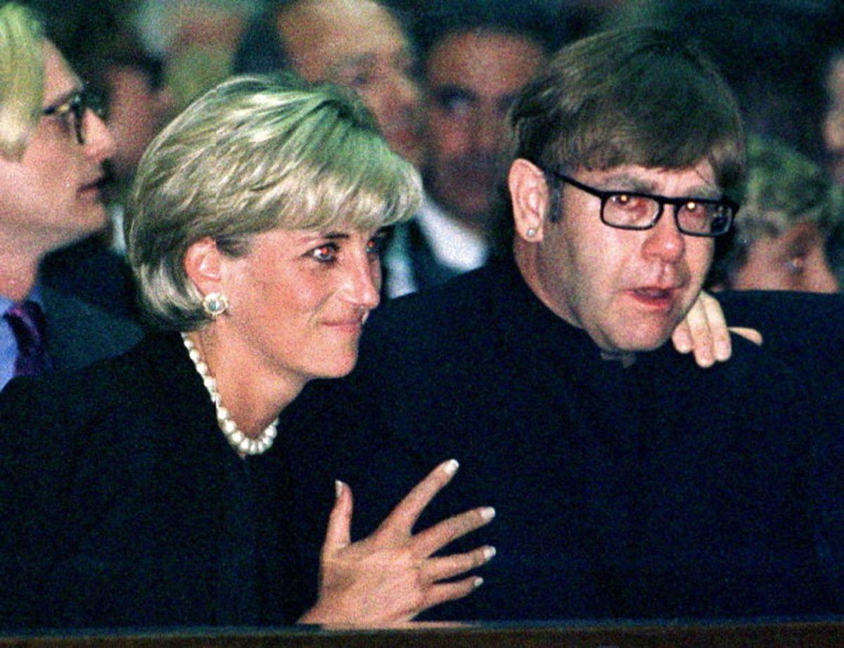 Prinsesse Diana trøster popfænomenet Elton John, der græder i forbindelse med mindehøjtideligheden for Gianni Versace i Milano. Foto: Scanpix